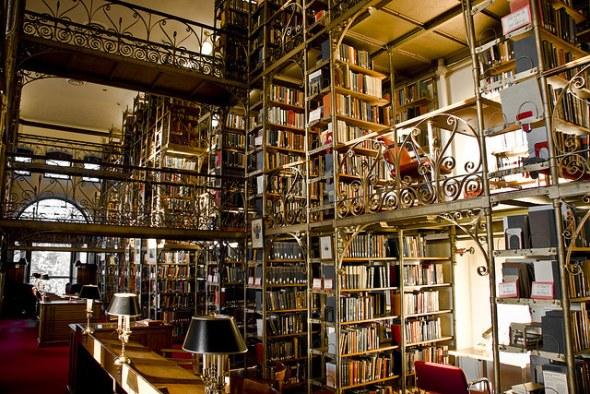 圧倒的な蔵書を誇る図書館