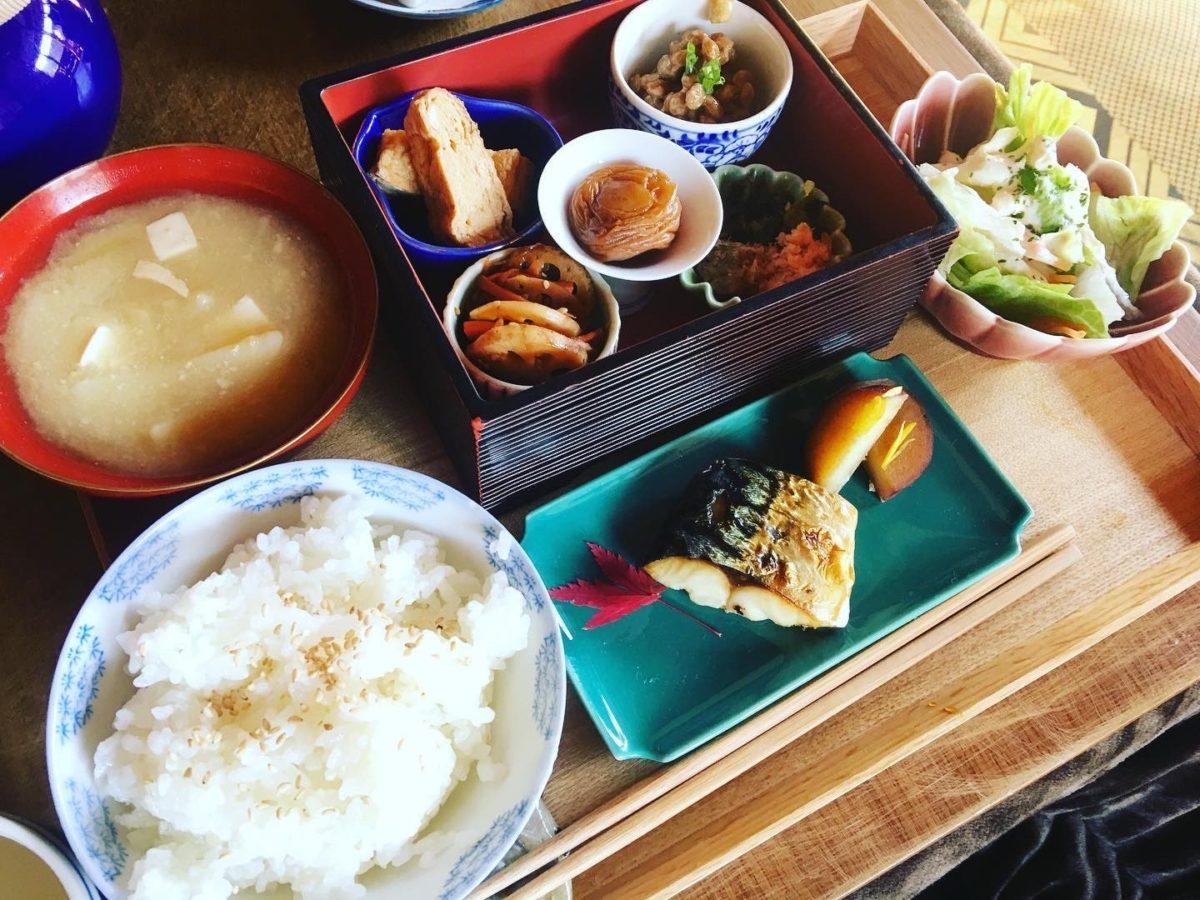 """泊まれる図書館""""暁""""の朝食"""